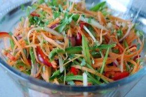 Spicy Thaisalat skåret i julienne
