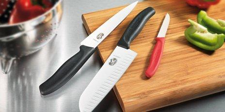 Victorinox Kokkekniv 19 cm på skærebræt