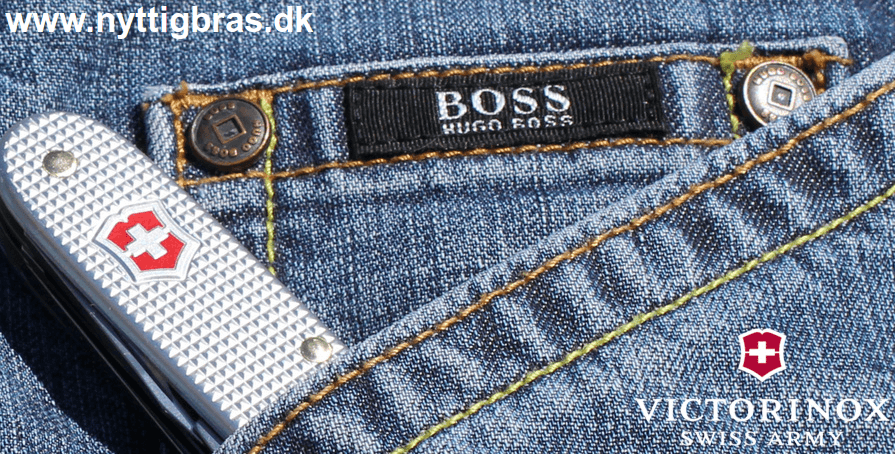 Victorinox Lommekniv 'Farmer' Silver Alox på et par Hugo Boss bukser