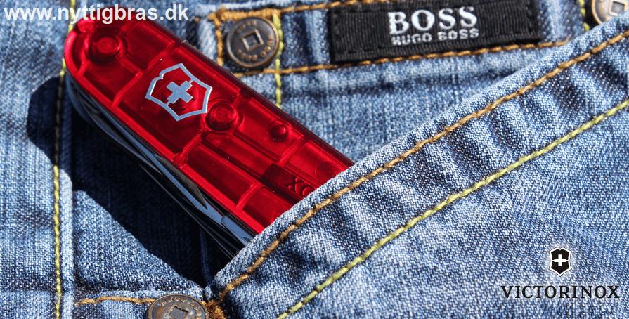 Victorinox Lommekniv Huntsman i rød transparent farve på et par Hugo Boss bukser