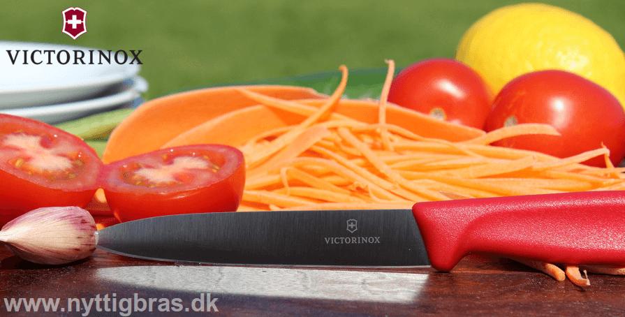 Victorinox Urtekniv 10 cm i rød farve med lige blad på Noyer skærebræt